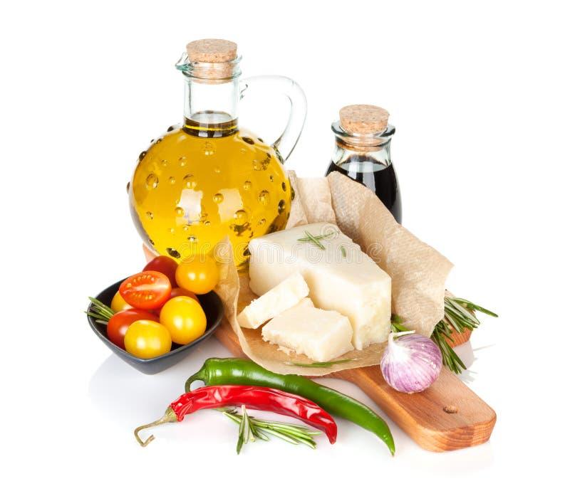 Parmesankäseparmesankäse, Tomaten, Kräuter und Gewürze stockfotos