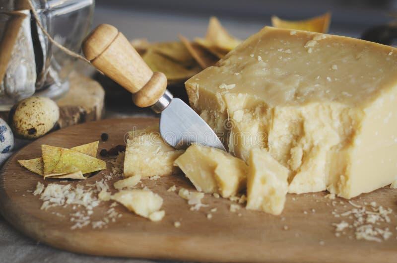 Parmesano Reggiano con el cuchillo del queso foto de archivo