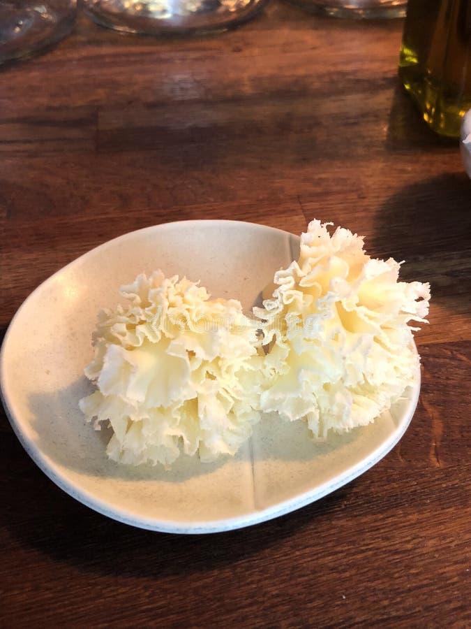 Parmesano servido en rosetones imagenes de archivo