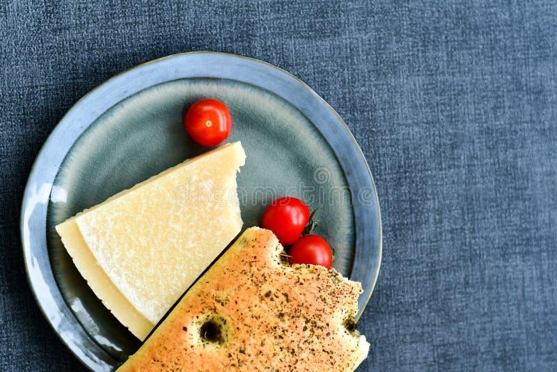 Parmesanost, ciabattabröd och tomater royaltyfria foton