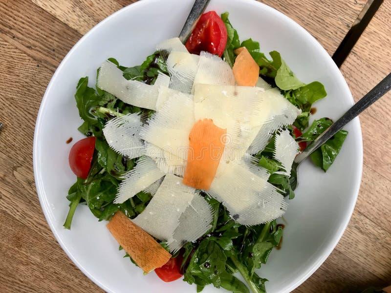 Parmesansallad med Arugula, Rucola eller Rocket Leaves och Cherry Tomatoes arkivfoto