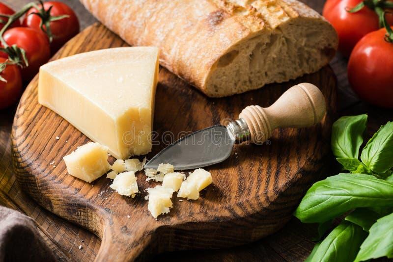 Parmezański ser i świeży ciabatta chleb na drewnie zdjęcia royalty free