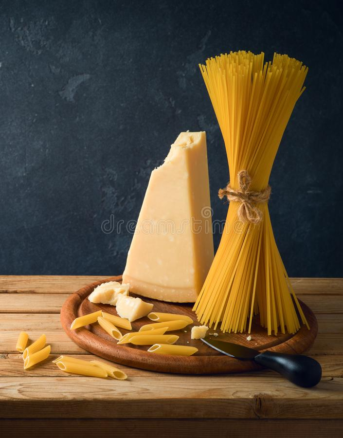 Parmezański ser, spaghetti i makaron na drewnianym stole, fotografia stock