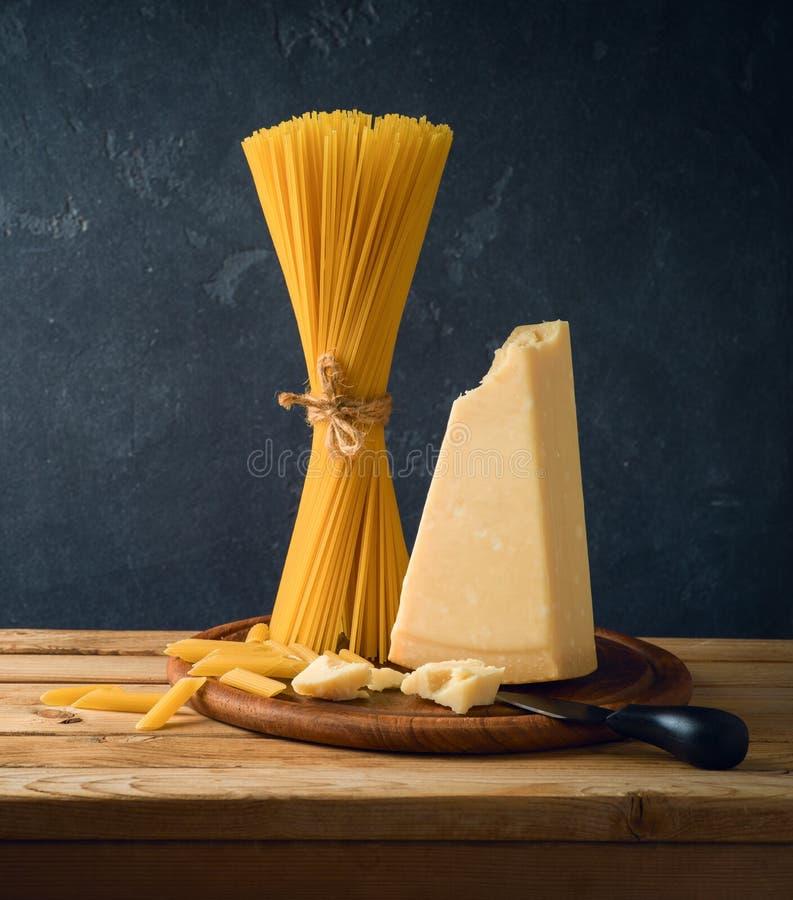 Parmezański ser, spaghetti i makaron na drewnianym stole, zdjęcia royalty free