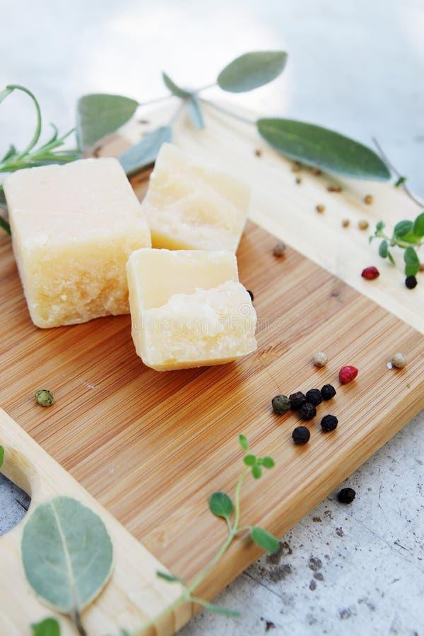 Parmezański ser z ziele zdjęcia royalty free