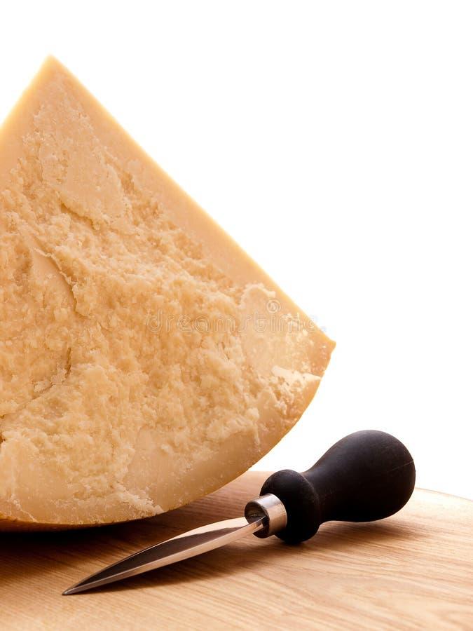 Parmezaanse kaas en mes stock foto