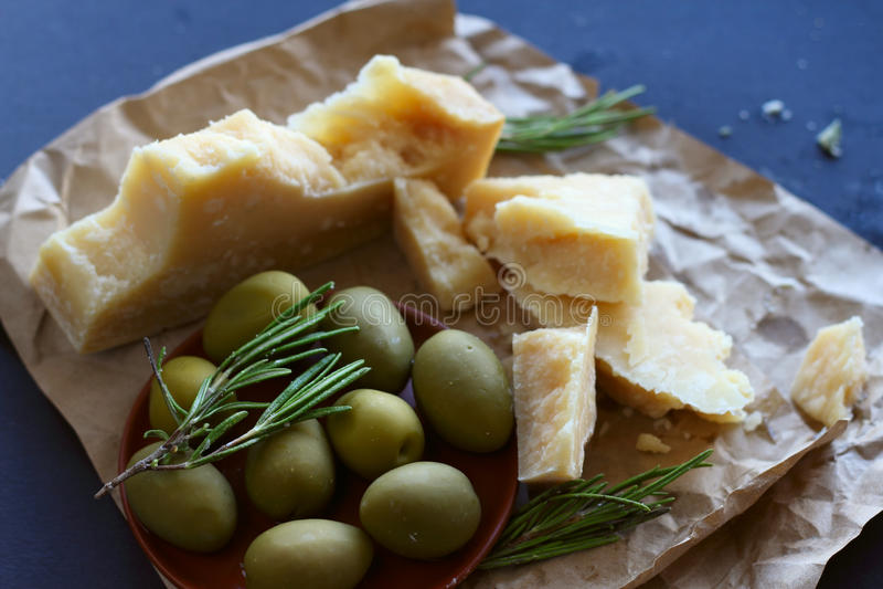 Parmezaanse kaaskaas en olijven stock afbeelding