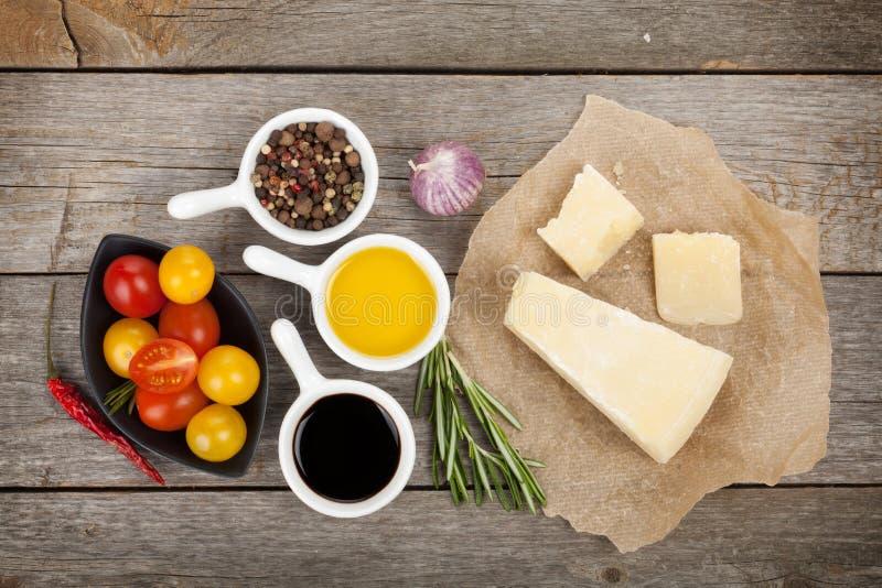 Parmezaanse kaaskaas, kruiden en kruiden royalty-vrije stock afbeelding