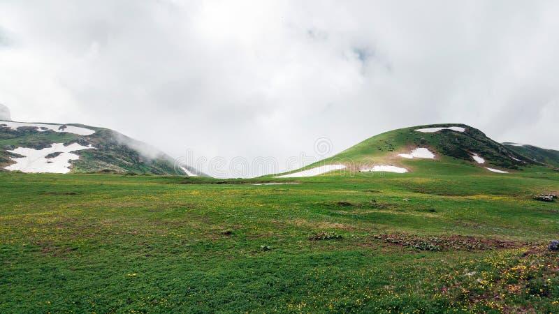 Parmi des montagnes de Caucase La Russie, Sotchi, Krasnaya Polyana, Rosa Khutor Altitude 2300m images libres de droits