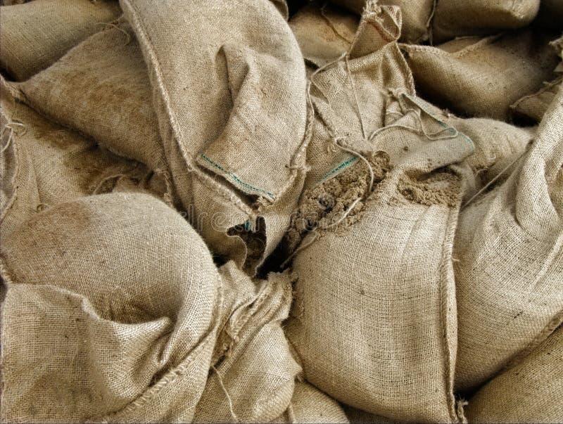 Parmi les sacs de sable image stock