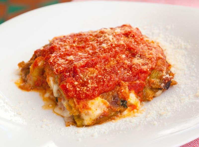 Parmigiana, итальянская еда с баклажаном, томатом и сыром стоковая фотография