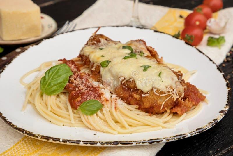 Parmigiana da galinha servido sobre os espaguetes com molho do marinara imagens de stock