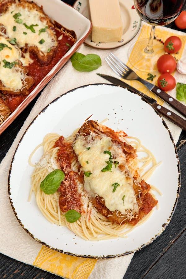 Parmigiana da galinha servido sobre os espaguetes com molho do marinara imagem de stock royalty free