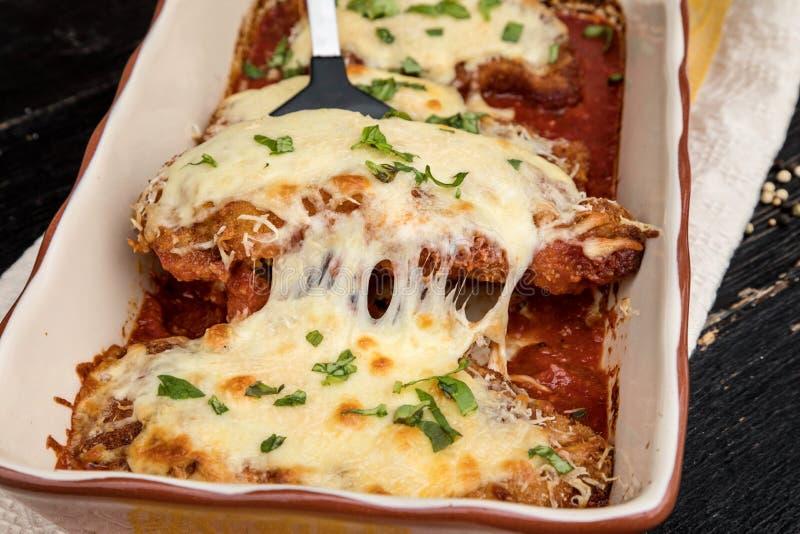 Parmigiana da galinha servido sobre os espaguetes com molho do marinara fotos de stock royalty free