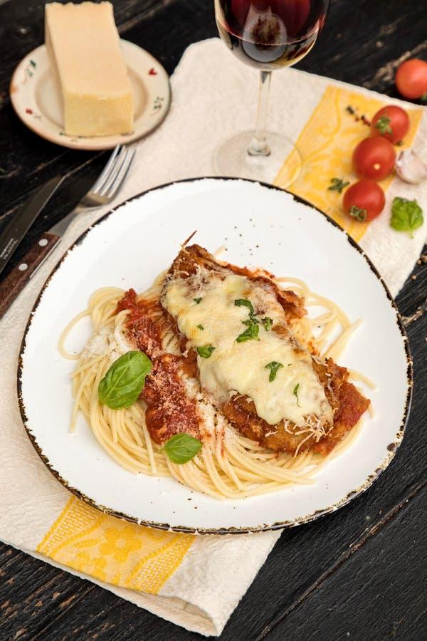 Parmigiana del pollo servito sopra gli spaghetti con la salsa di marinara fotografia stock libera da diritti