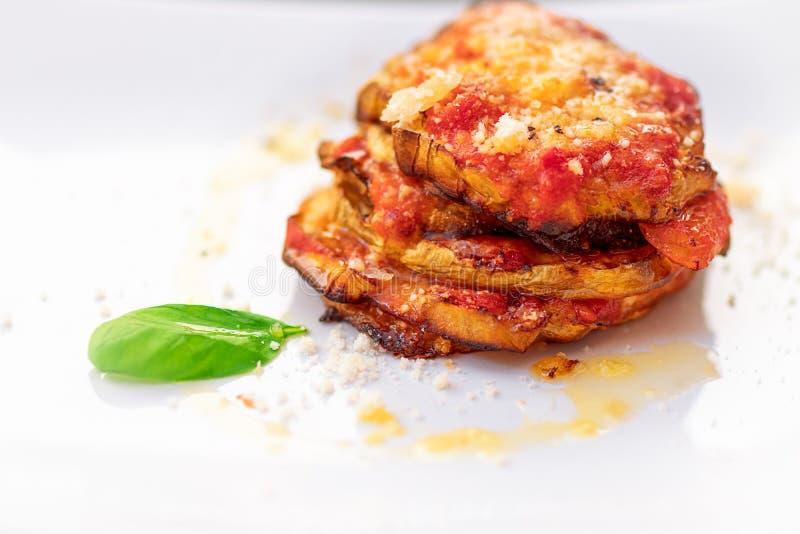 Parmigiana di Melanzane Plat italien traditionnel : Eggplan cuit au four image libre de droits