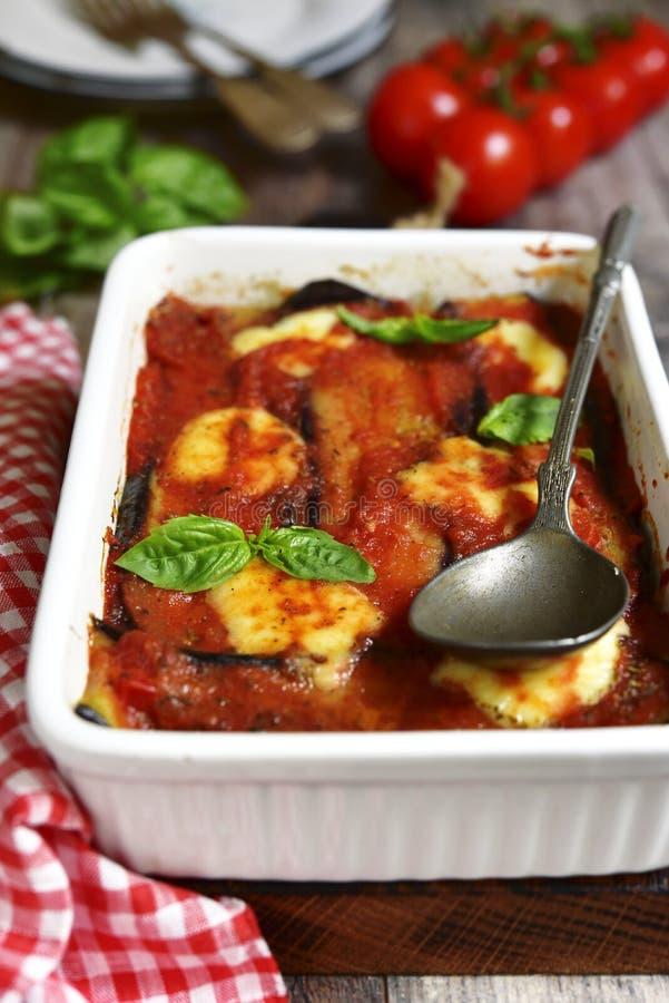 Parmigiana italiano tradicional del plato con las berenjenas fotos de archivo