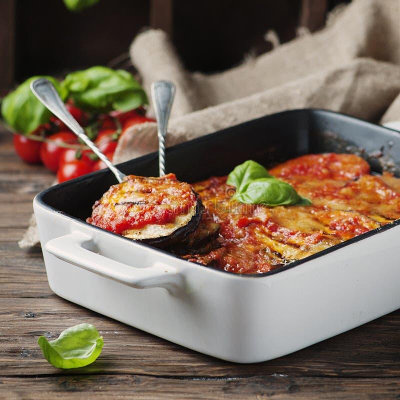 Parmigiana tradizionale italiano del piatto con melanzana immagine stock