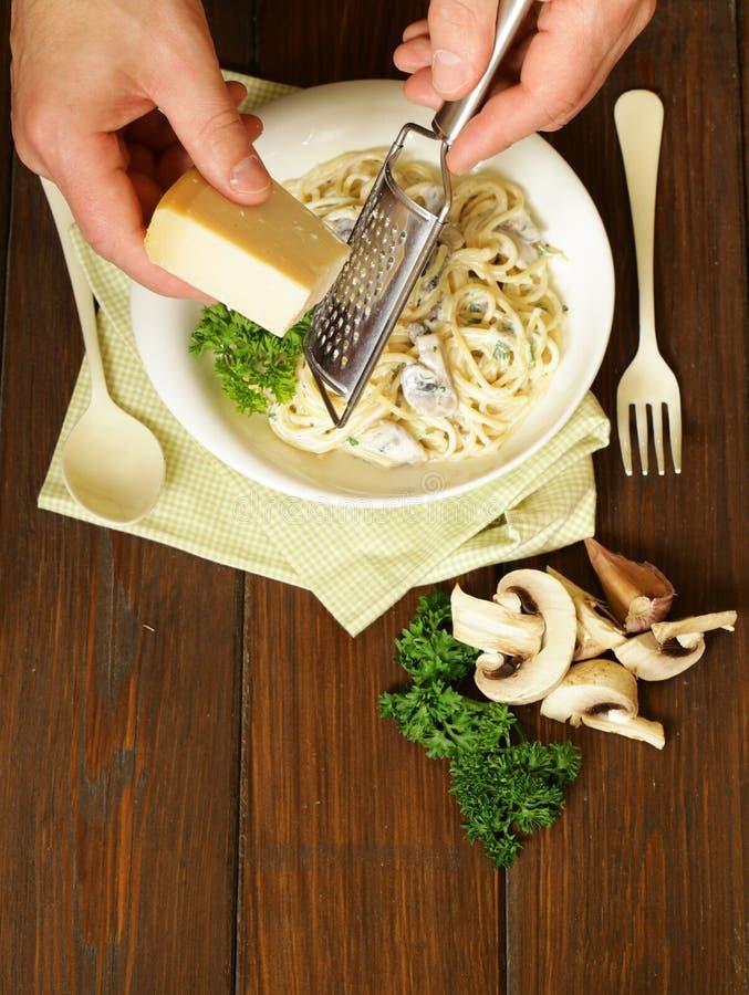 Parmigiano della griglia del cuoco unico sul carbonara della pasta immagini stock libere da diritti