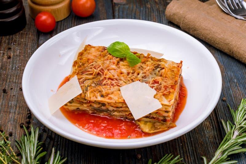 Parmigiano oberżyna na bielu talerzu fotografia stock