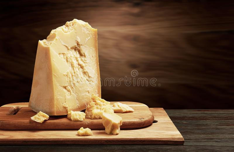 Parmigiano su legno fotografia stock libera da diritti