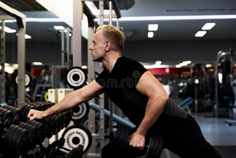 Parners de forme physique dans les vêtements de sport faisant des exercices au gymnase Concept de gymnase de sport de forme physi photo stock