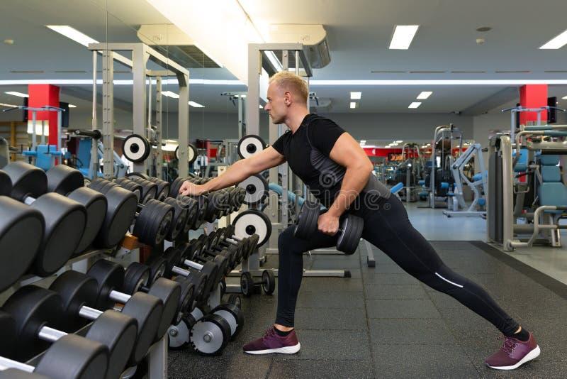 Parners de forme physique dans les vêtements de sport faisant des exercices au gymnase Concept de gymnase de sport de forme physi image libre de droits