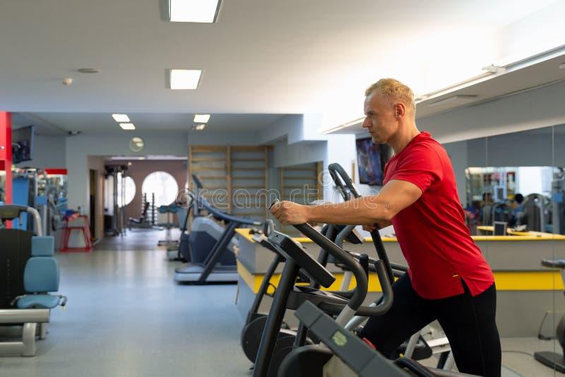 Parners de forme physique dans les vêtements de sport faisant des exercices au gymnase Concept de gymnase de sport de forme physi image stock
