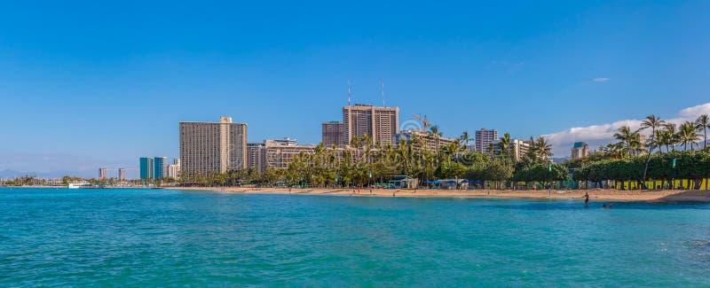 Parnorama da praia de Waikiki em Honolulu Havaí imagem de stock royalty free
