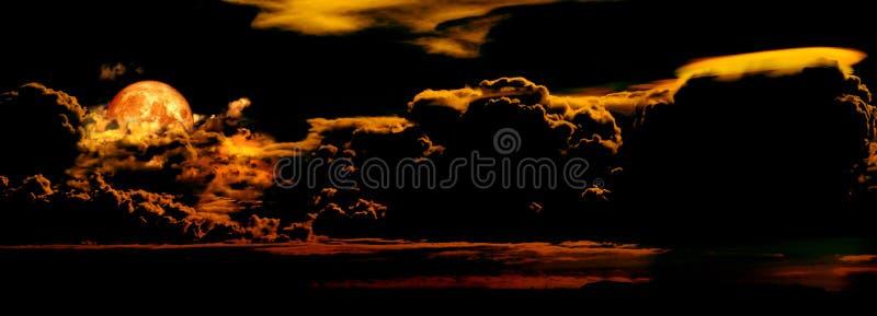 Parnorama del cielo de la nube de noche y la sangre están en la luna fotografía de archivo