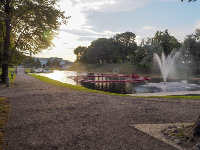 Parnu, Εσθονία - 8 Ιουλίου 2016: Πάρκο βραδιού με μια πηγή στοκ φωτογραφίες