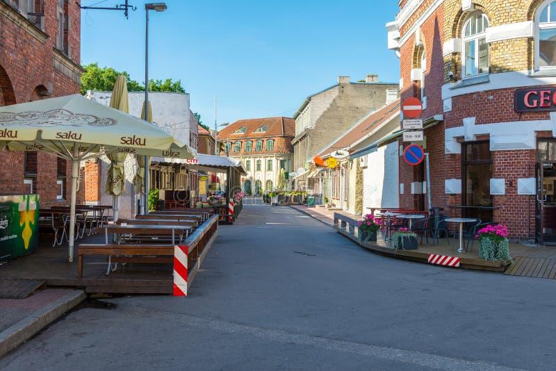 PARNU ESTONIA, SIERPIEŃ, - 9, 2017: środkowa ulica z plenerowym caf obrazy stock