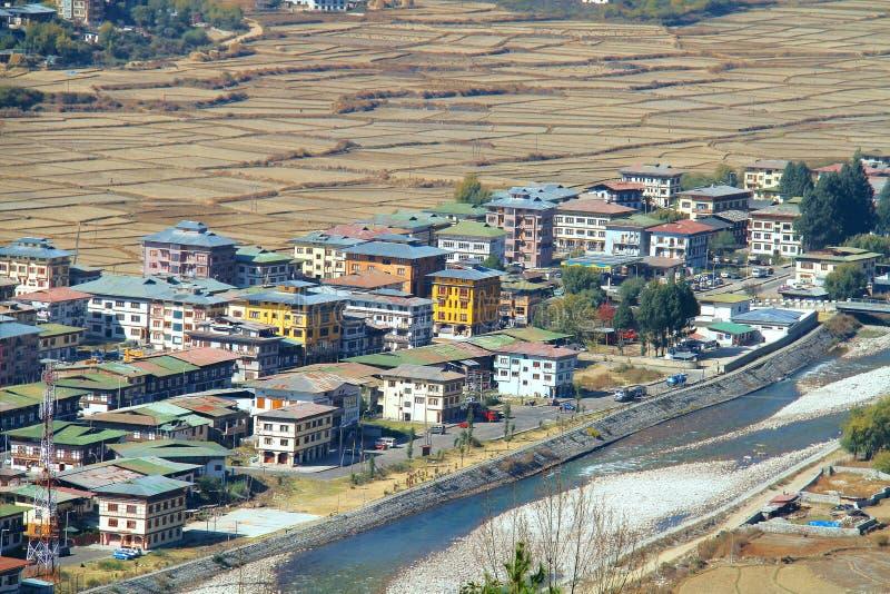 Paro市鸟瞰图有五颜六色的房子的在r附近环境美化 库存照片