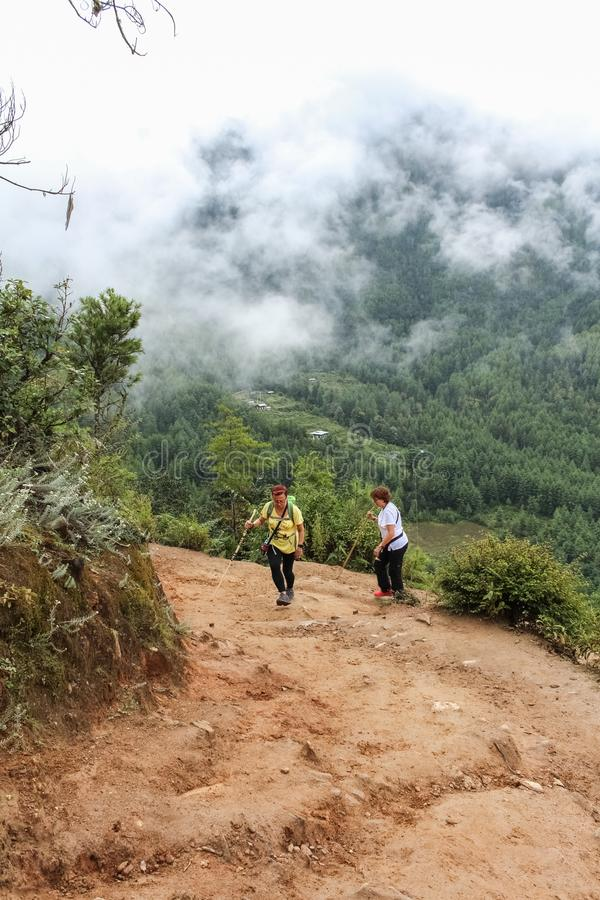 Paro, Μπουτάν - 18 Σεπτεμβρίου 2016: Δύο γυναίκες τουριστών που στον τρόπο στο μοναστήρι Taktshang Palphug (η φωλιά της τίγρης),  στοκ φωτογραφίες