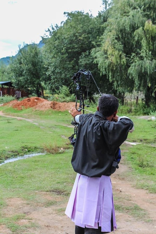 Paro, Μπουτάν - 18 Σεπτεμβρίου 2016: Bhutanese τοξότης σε έναν ανταγωνισμό τοξοβολίας, ο εθνικός αθλητισμός του Μπουτάν στοκ φωτογραφία