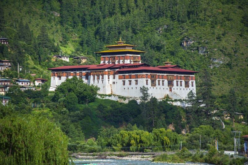 Paro Dzong i skogen, Paro, Bhutan royaltyfria foton