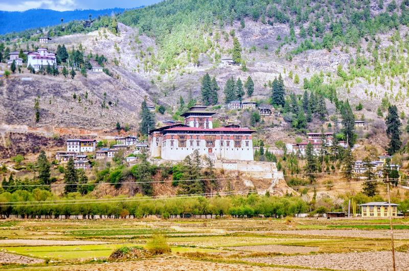 Paro Dzong& x27;s nombre correcto, Rinchen Pung Dzong significa & x27;Fortaleza en un montón de joyas y x27;  imagenes de archivo