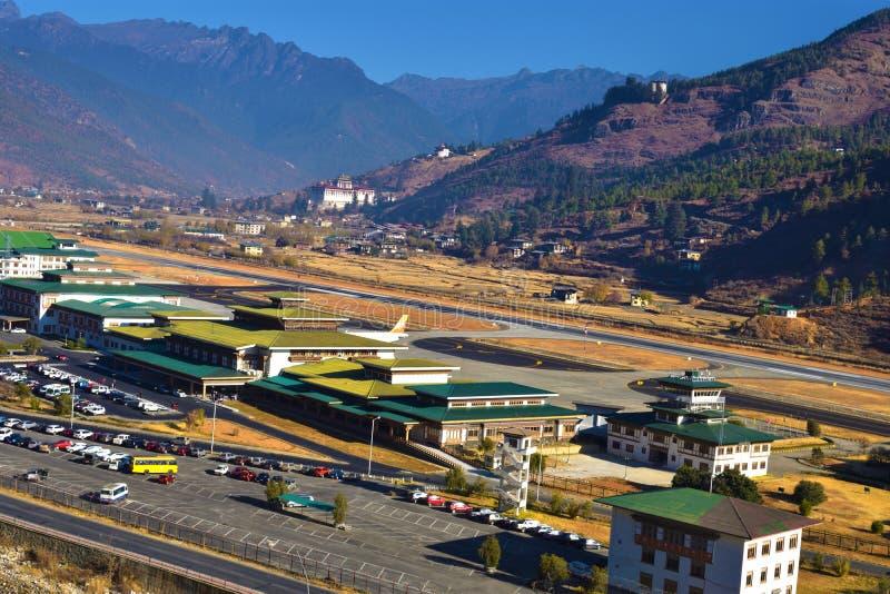 Paro-Flughafen in den Bergen - Bhutan Berglandschaft mit Dorf und Miniflughafen stockfoto