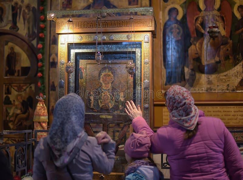 Parochianen in de kerk van St Sophia Novgorod stock foto's