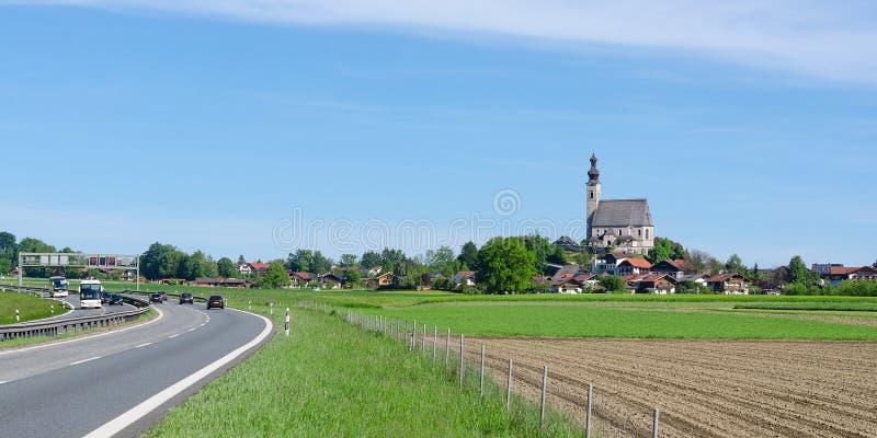 Parochie Katholieke Ñ  hurch in Beierse kleine stadswoede dichtbij weg stock foto's