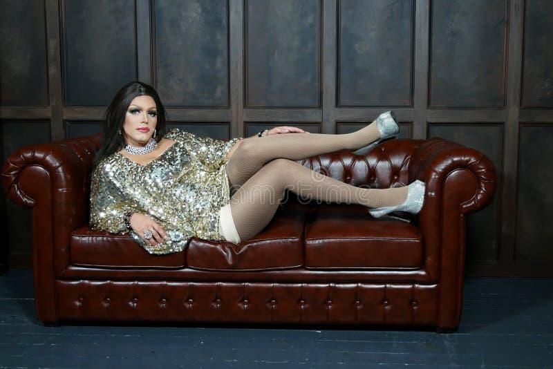 Parodie-diva Le concept d'un travesti le Homme-acteur se transforme en femme il pose pour l'appareil-photo photographie stock