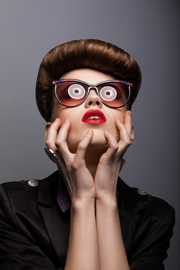 Parodie. Verticale de femme imitatrice dans des lunettes de soleil futuristes - imagination photo stock