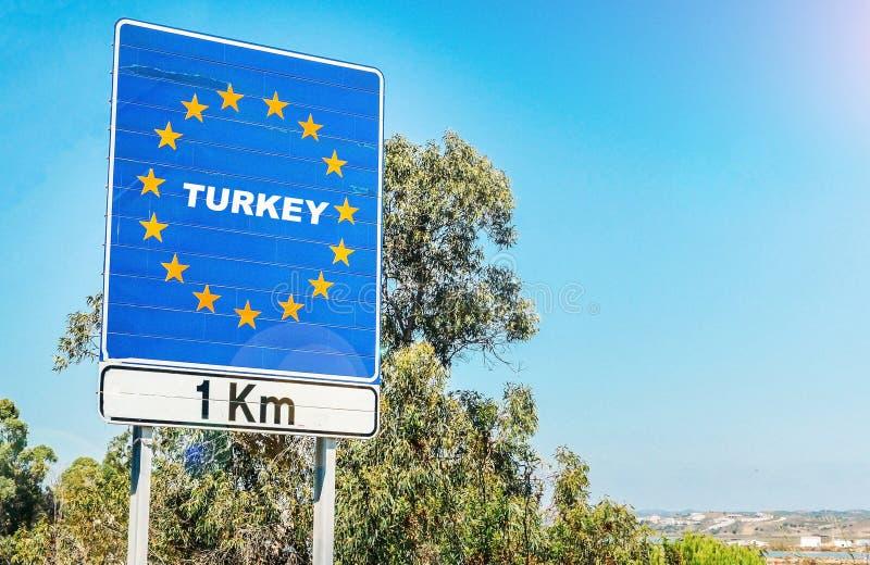 ParodieVerkehrsschild auf der Grenze von der Türkei als Teil eines Mitgliedsstaats der Europäischen Gemeinschaft lizenzfreies stockbild
