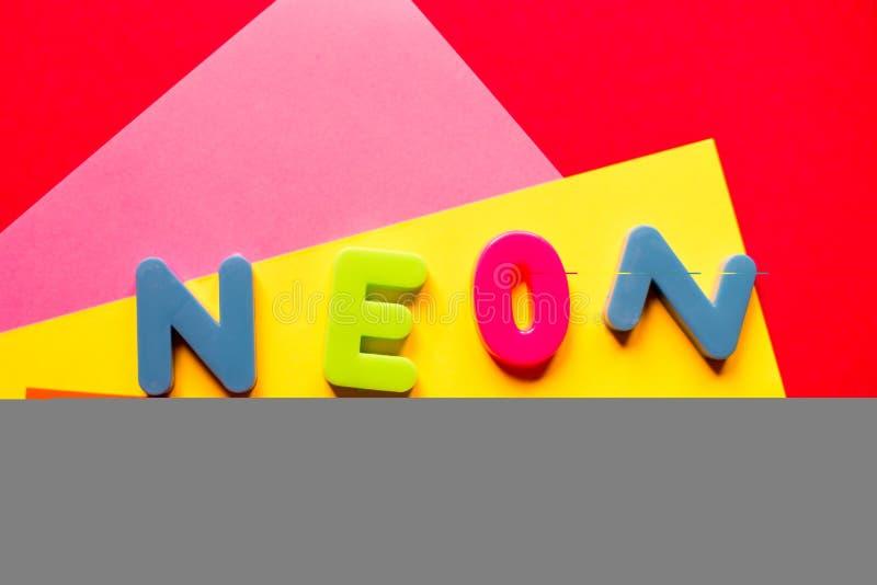 Parola al neon su fondo multicolore nei colori d'avanguardia immagine stock