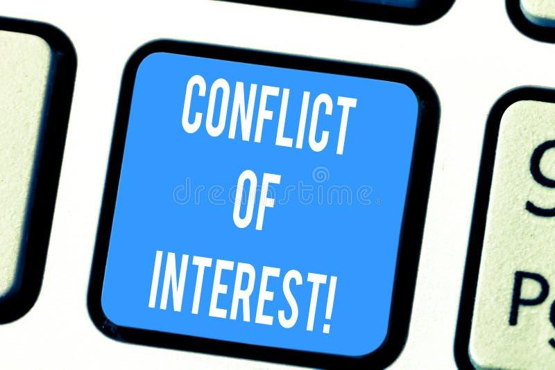 Parola che scrive concetto di affari di conflitto di interessi del testo per gli interessi del dovere pubblico contro la tastiera immagini stock
