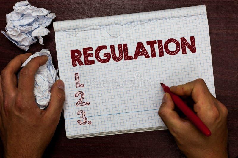 Parola che scrive regolamento del testo Il concetto di affari per legge o la direttiva della regola ha fatto e mantenuto da una t immagine stock libera da diritti