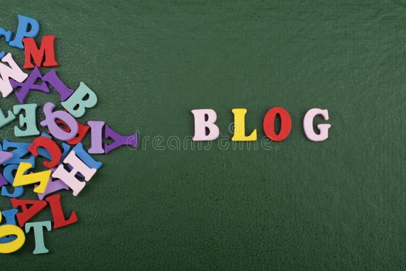 Parola del BLOG su fondo verde composto dalle lettere di legno di ABC del blocchetto variopinto di alfabeto, spazio della copia p immagini stock libere da diritti