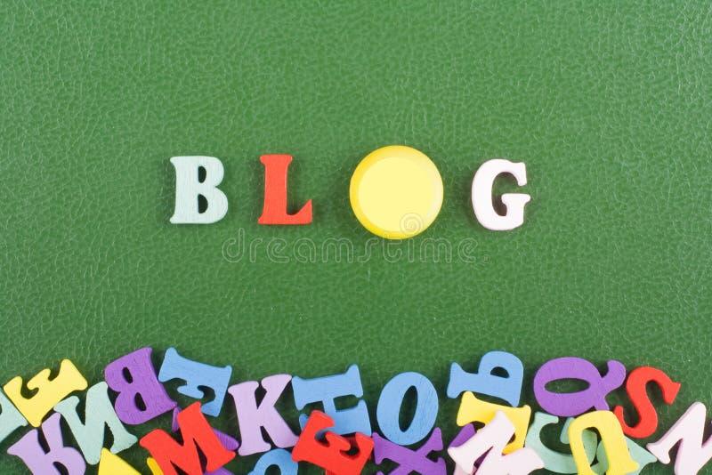 Parola del BLOG su fondo verde composto dalle lettere di legno di ABC del blocchetto variopinto di alfabeto, spazio della copia p immagine stock