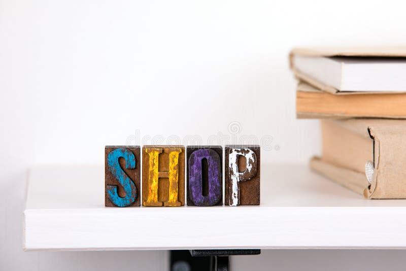 Parola del negozio dalle lettere di legno colorate fotografia stock