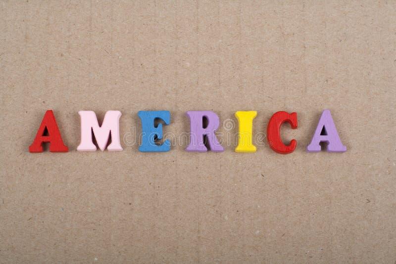 Parola dell'America su fondo di carta composto dalle lettere di legno di ABC del blocchetto variopinto di alfabeto, spazio della  immagine stock